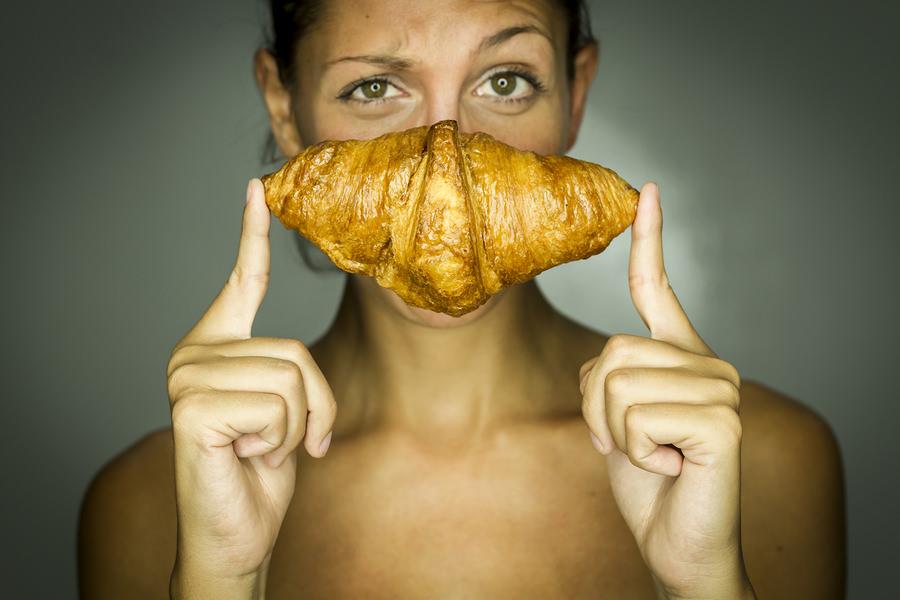 bigstock-Studio-Frau-mit-Croissant-50390630